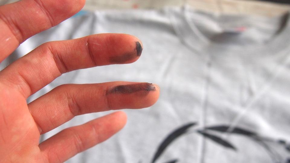 手についたインクで服を汚しがち